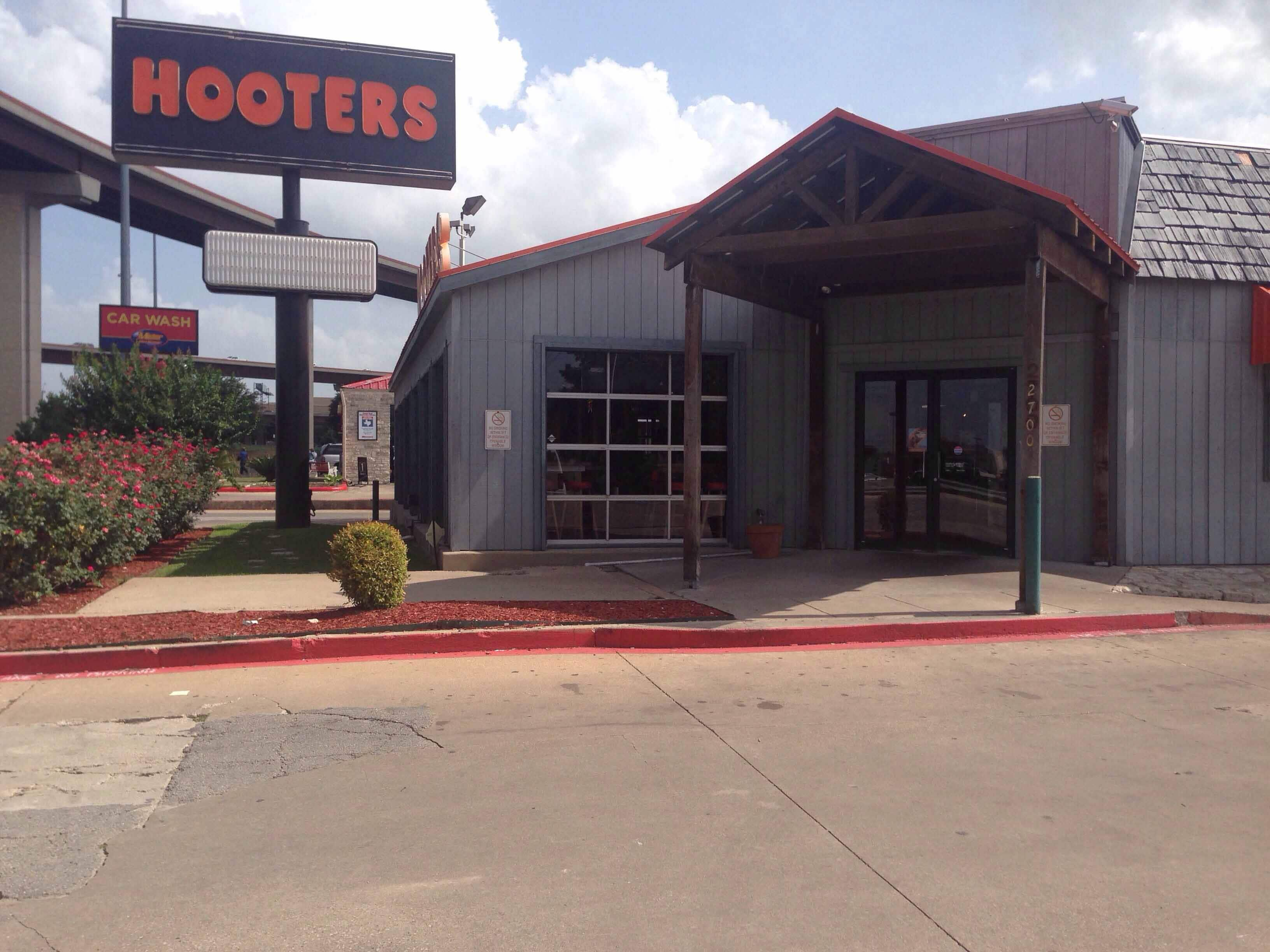 Hooters, Round Rock Photos