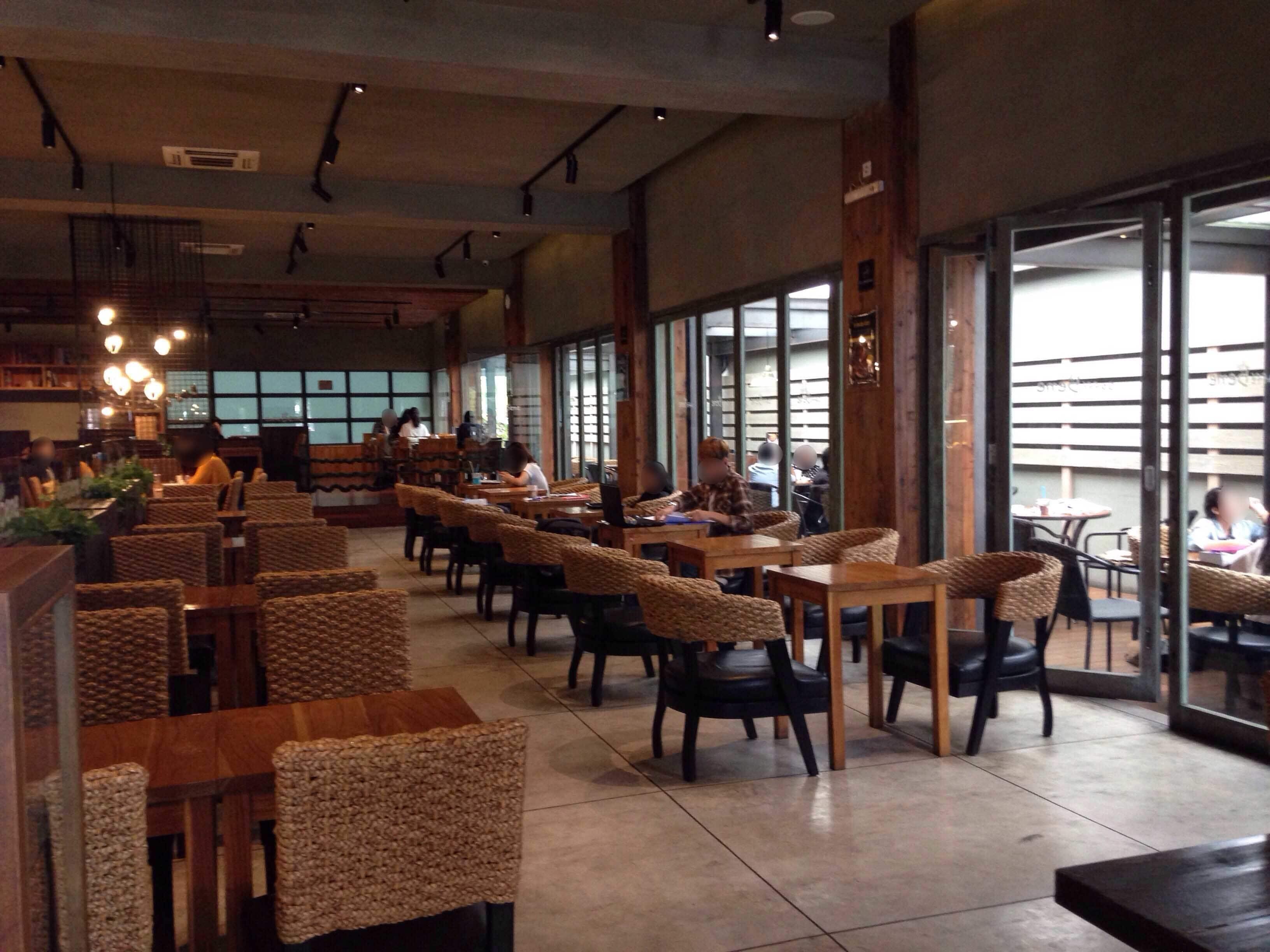 Caffe Bene yang lapang dan bernuansa Korea